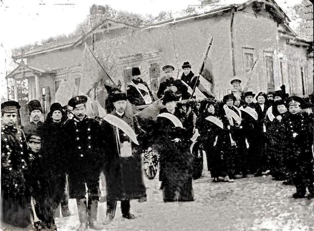 Участники благотворительного сбора средств в помощь сербам на сумском вокзале.1915г.