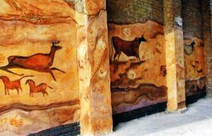 Фестиваль стрит-арт в 2012 году.  Композиция Артема Водяника на тему наскальных рисукнков первобытного человека