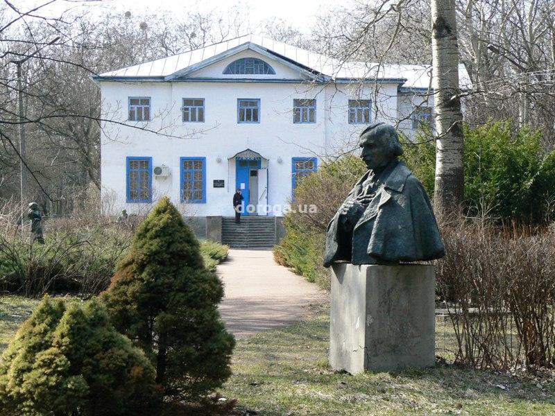 Дворцово-парковый комплекс в Яготине, на берегу озера Супой. Перед зданием установлены памятники Н. Гоголю, К. Билокур, С. Рихтеру