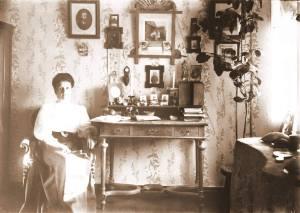 Анна Смирнова( у себя дома)